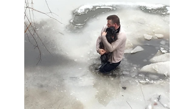Man_rescues_dog_from_icy_water_0_73512596_ver1.0_640_360_1550440922572.jpg