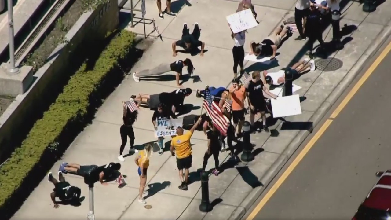 VIDEO: Protesters calling for gyms to reopen do squats, push-ups ...