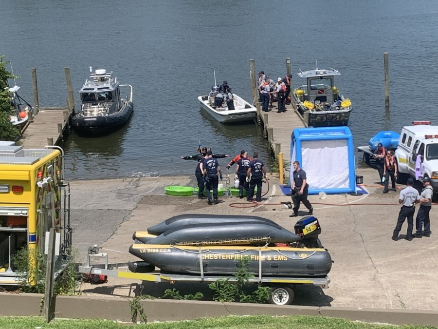 divers being decontainmated