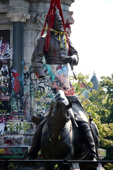 The Robert E. Lee statue was separated at the waist